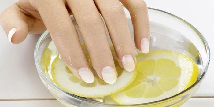 белые полоски на ногтях рук причины