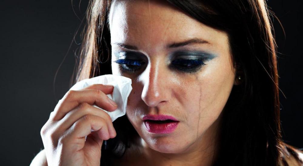 заставить себя плакать без причины