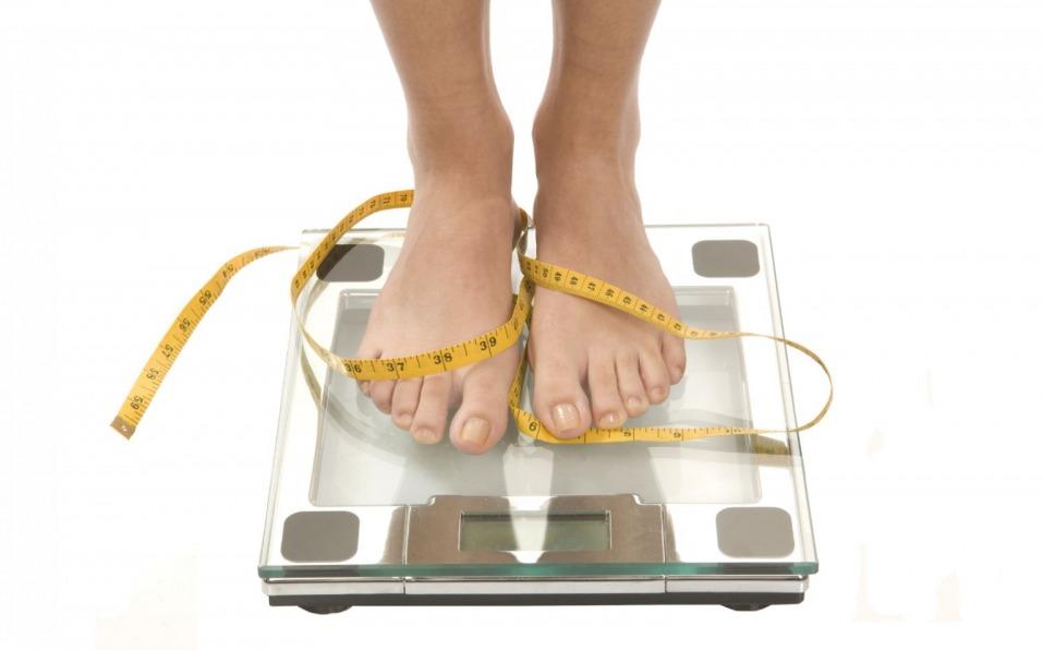диета, похудение, лента сантиметровая, весы, ноги на весах, стоит на ...