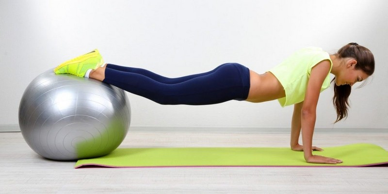 Упражнения на мяче для позвоночника: при грыже, остеохондрозе, видео ...