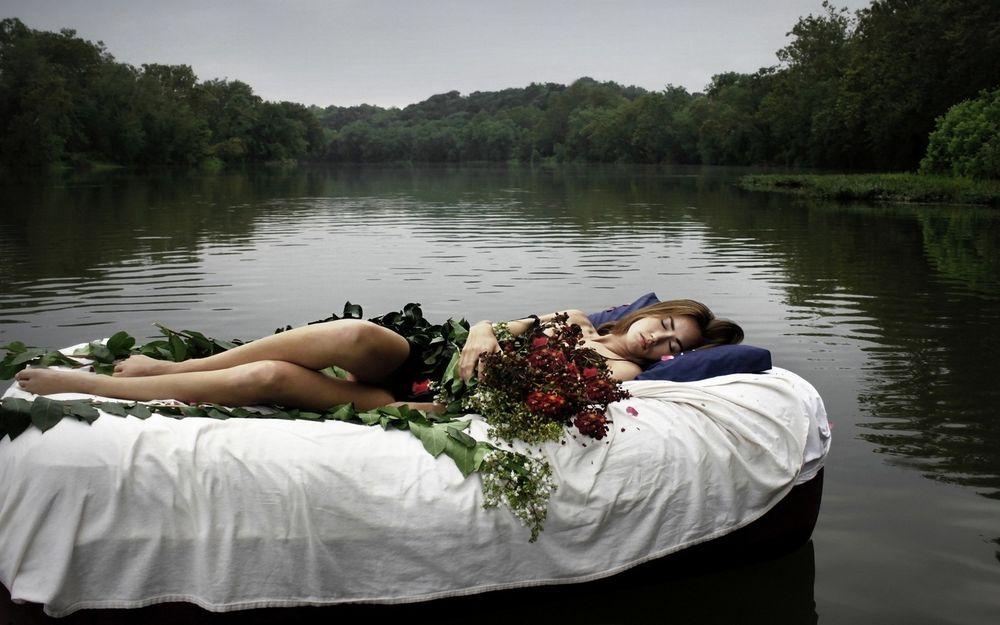 девушка спит и видит сон