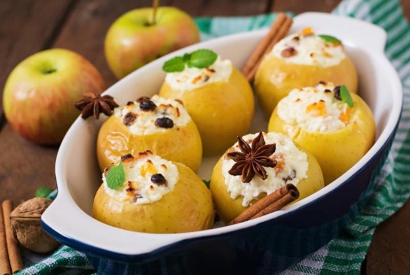 Простой рецепт печеных яблок с творогом, изюмом, цукатами и корицей