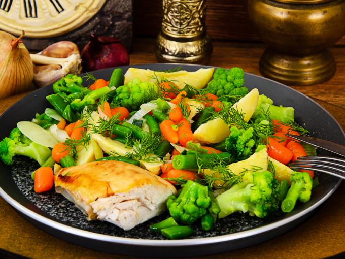 Овощи с куриной грудкой в пароварке