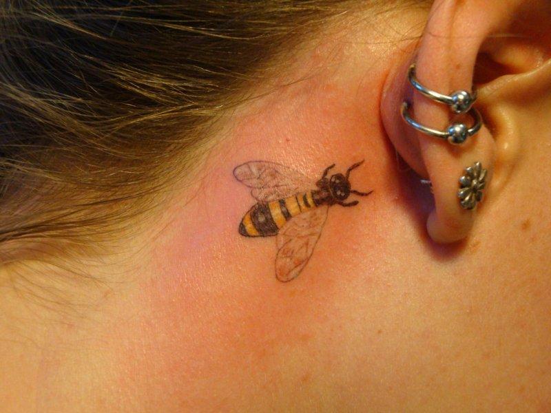 татуировки за ухом для девушек