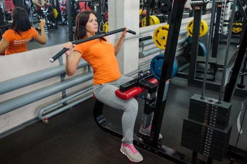 тренировка спины для девушек в тренажерном зале