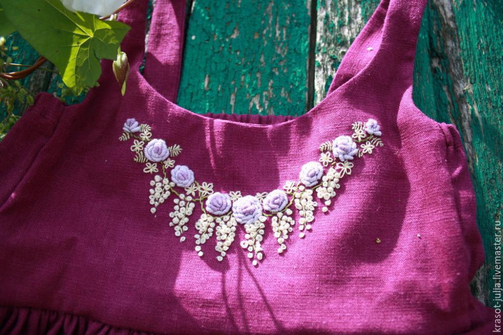 Льняное платье с вышивкой рококо и кружевом