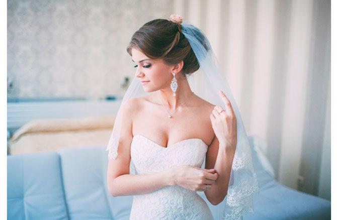 Собранные в пучок локоны для свадебной прически